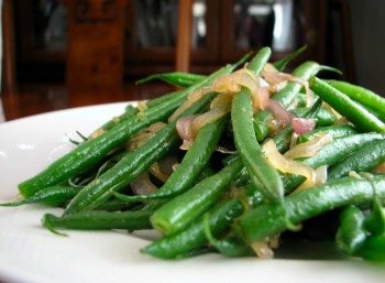 Haricot vert with scandalous shallots